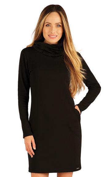 Kleid mit langen Ärmeln.